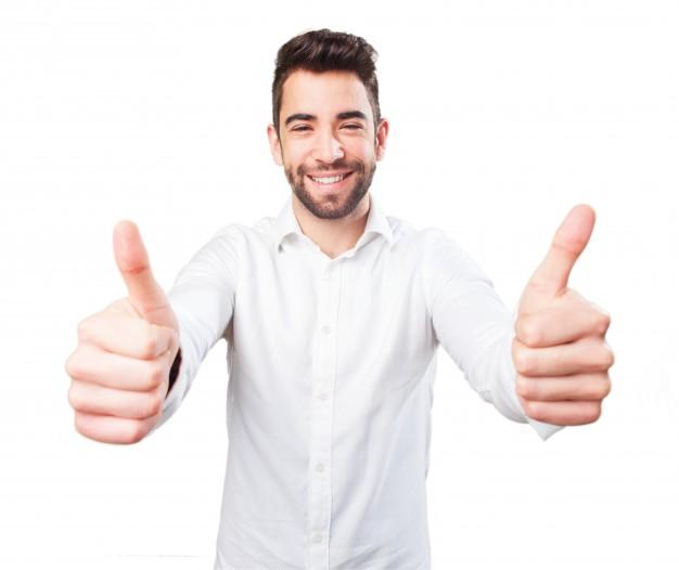 zadowolony mężczyzna z kciukami podniesionymi do góry