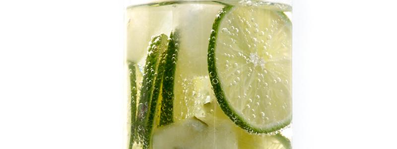 woda z cytryna na białym tle